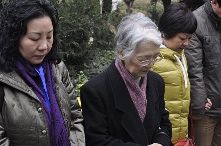 铃木郁子图片_铃木伶子理事长带领大家祷告图片